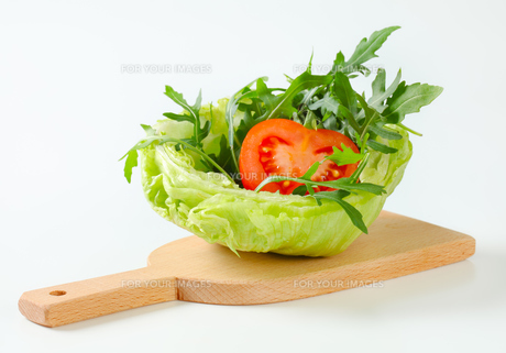 Rocket salad in lettuce bowlの写真素材 [FYI00748750]