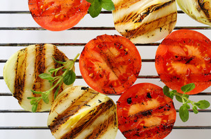 Grilled tomatoes and onions on barbecue gridの素材 [FYI00748870]