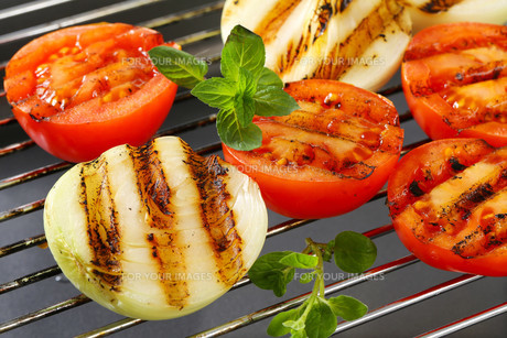 Grilled tomatoes and onionsの素材 [FYI00748876]