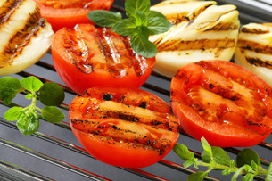 Grilled tomatoes and onionsの素材 [FYI00748923]