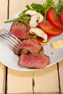 beef filet mignon grilled with vegetablesの写真素材 [FYI00748927]