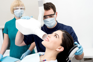 Doctor examined by dental x-rayの写真素材 [FYI00748984]