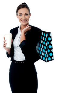 Woman holding coffee cup and shopping bagの写真素材 [FYI00749015]