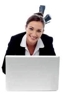 Smiling woman posing with laptop.の写真素材 [FYI00749032]