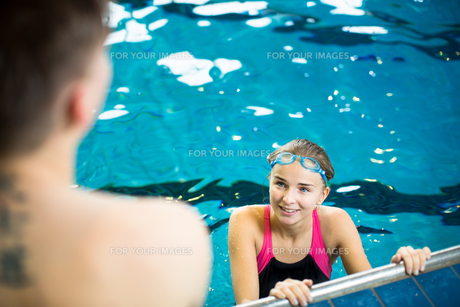 Female swimmer in an indoor swimming pool - doing crawl (shallow DOF)の写真素材 [FYI00749106]