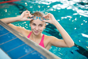 Female swimmer in an indoor swimming pool - doing crawl (shallow DOF)の写真素材 [FYI00749112]