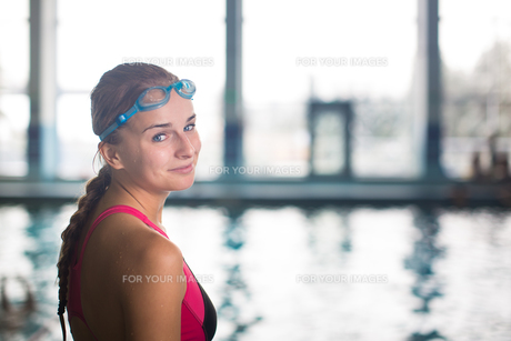 Female swimmer in an indoor swimming pool - doing crawl (shallow DOF)の写真素材 [FYI00749114]