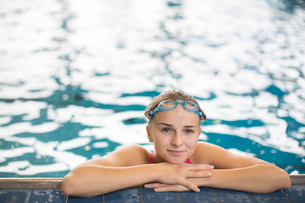 Female swimmer in an indoor swimming pool - doing crawl (shallow DOF)の写真素材 [FYI00749115]