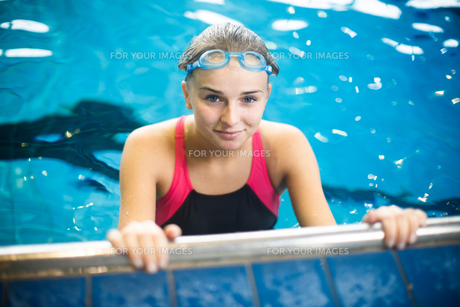 Female swimmer in an indoor swimming pool - doing crawl (shallow DOF)の写真素材 [FYI00749116]