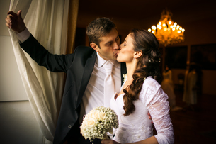 Gorgeous wedding couple kissingの写真素材 [FYI00749124]