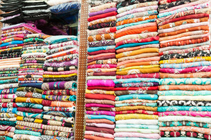 Indian colorful dresses on the shelvesの写真素材 [FYI00749451]