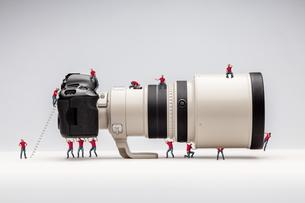 Miniature man and camera. Macro photoの写真素材 [FYI00749516]