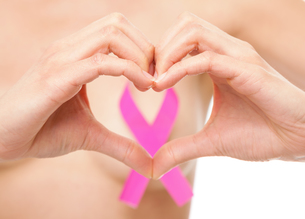 Woman with a breast cancer awareness ribbonの写真素材 [FYI00749799]