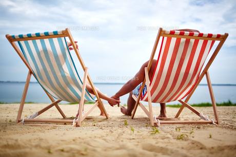 Relaxing sunbathersの写真素材 [FYI00749838]