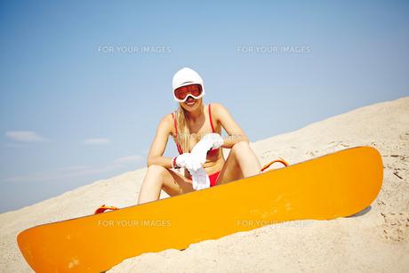Sandboarder in bikiniの素材 [FYI00749892]