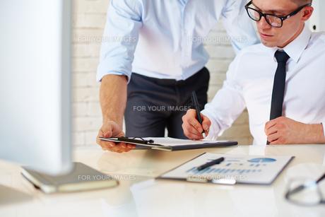 Businessman signing documentの写真素材 [FYI00749940]