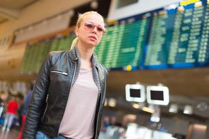 Female traveller walking airport terminal.の素材 [FYI00749960]