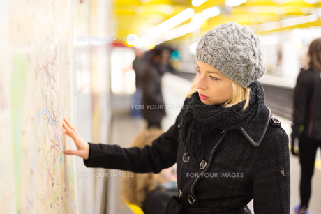 Lady looking on public transport map panel.の写真素材 [FYI00749988]
