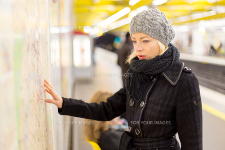 Lady looking on public transport map panel.の写真素材 [FYI00749992]