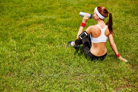 Refreshment on lawnの写真素材 [FYI00750083]