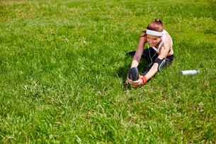 Exercising on lawnの写真素材 [FYI00750086]