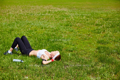 Relaxing on lawnの写真素材 [FYI00750098]