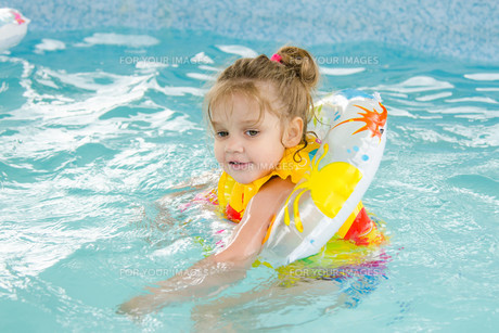 Four-year girl floating in the poolの写真素材 [FYI00750121]