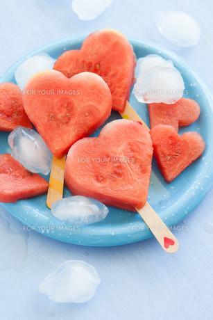 watermelon in heart shapeの写真素材 [FYI00750153]