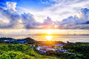 Village with beautiful sunset over hong kong  coastline.の写真素材 [FYI00750226]