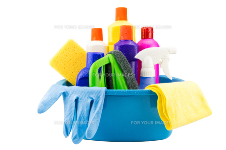 Cleaning tools in bucket on white background with water dropの素材 [FYI00750616]