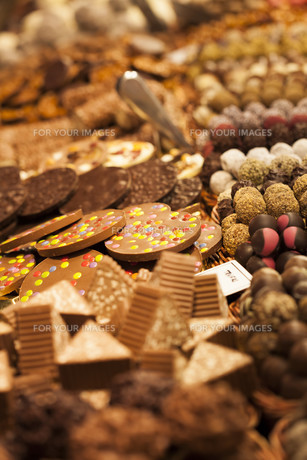 Assorted sweets on the marketの写真素材 [FYI00751106]