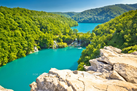 Turquoise water of Plitvice lakes national parkの写真素材 [FYI00751108]