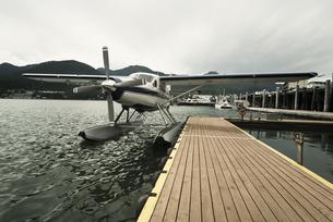 Seaplane at dock in Juneau, Alaskaの素材 [FYI00751327]