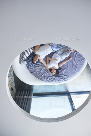 couple relax and have fun in bedの写真素材 [FYI00751328]
