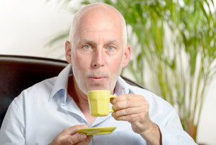 a middle-aged man drinking coffeeの写真素材 [FYI00751427]