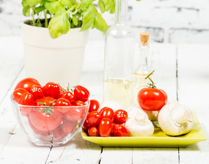 cherry tomatoes and some mushroomsの写真素材 [FYI00751435]