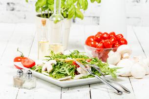 seasonal salad on the white tableの写真素材 [FYI00751436]