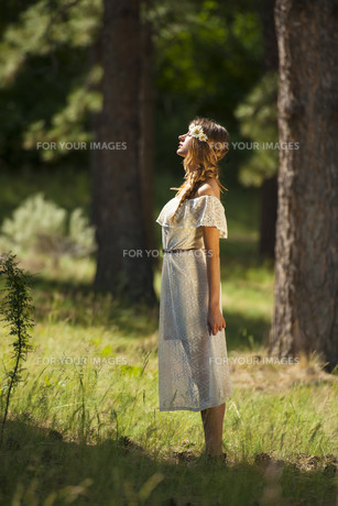 Pretty Young Boho Woman Standing in Forestの素材 [FYI00751492]