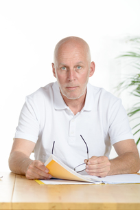 portrait of a middle-aged man in his officeの写真素材 [FYI00751551]