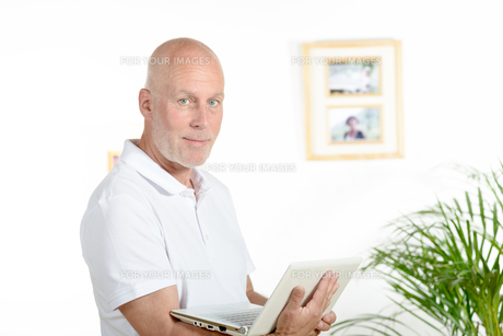 portrait of a middle-aged man in his officeの写真素材 [FYI00751629]
