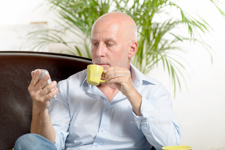 a middle-aged man drinking coffeeの写真素材 [FYI00751636]