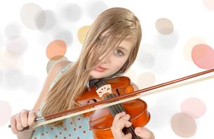 a pretty girl plays violinの素材 [FYI00751653]