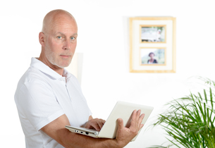portrait of a middle-aged man in his officeの写真素材 [FYI00751654]