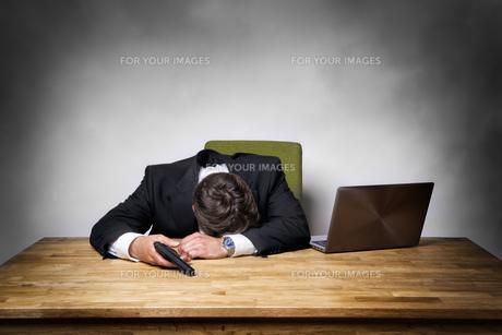 Overworked businessman with gunの写真素材 [FYI00751962]