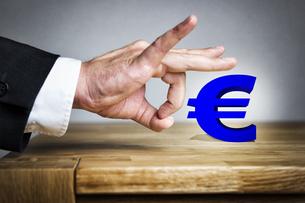 Man shoots Euro sign offの写真素材 [FYI00751970]