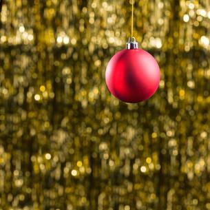 Red Christmas tree baubleの素材 [FYI00752049]