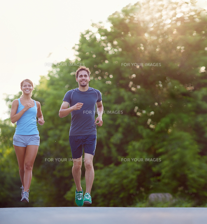 Running togetherの写真素材 [FYI00752114]