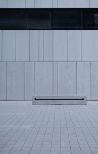 Empty Bench Against White Wall with Copy Spaceの写真素材 [FYI00752212]