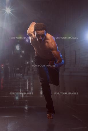 Athletic and muscular man is running Iの写真素材 [FYI00752217]