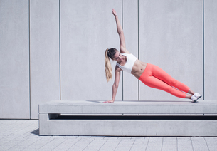 Sporty Woman Doing Side Plank Exercise on Platformの素材 [FYI00752229]